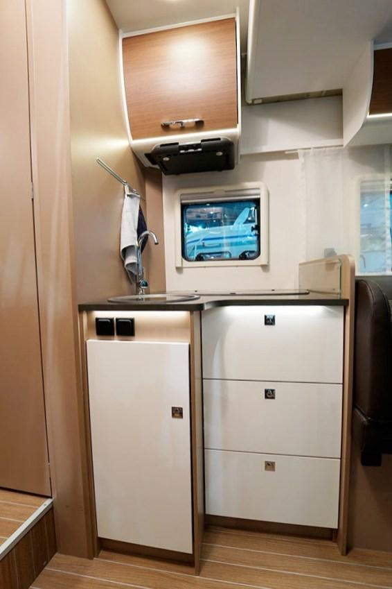 Hotte (option), tiroirs avec fermeture soft-close, robinetterie métal, réchaud 3 feux en long avec grille en fonte : cuisiner à bord du T 7400 QBC est un plaisir.
