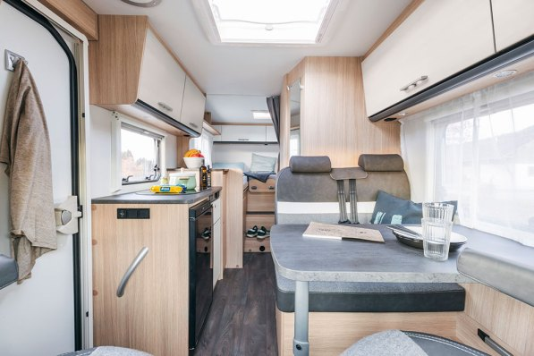 Sunlight V 66 – Côté cuisine, tous les meubles bas s'arrêtent à mi-hauteur. Le regard porte loin, offrant une bonne sensation d'espace intérieur.