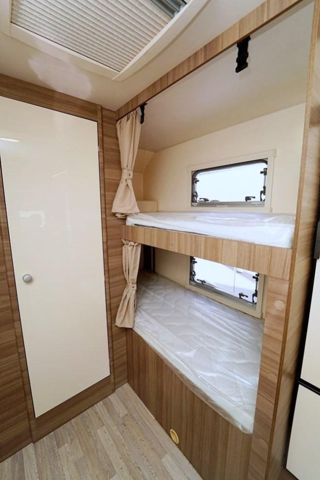 Les lits superposés arrière constituent deux des sept places couchage de la capucine Evo Sound.