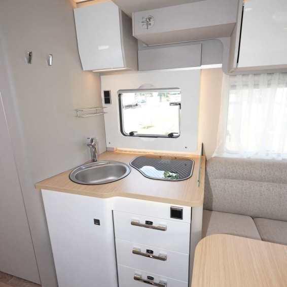 Hymer TRAMP S 695 - profonde cuisine avec de grands tiroirs.