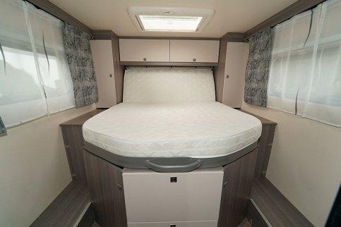 La tête de lit relevable libère un large espace en pied de lit.
