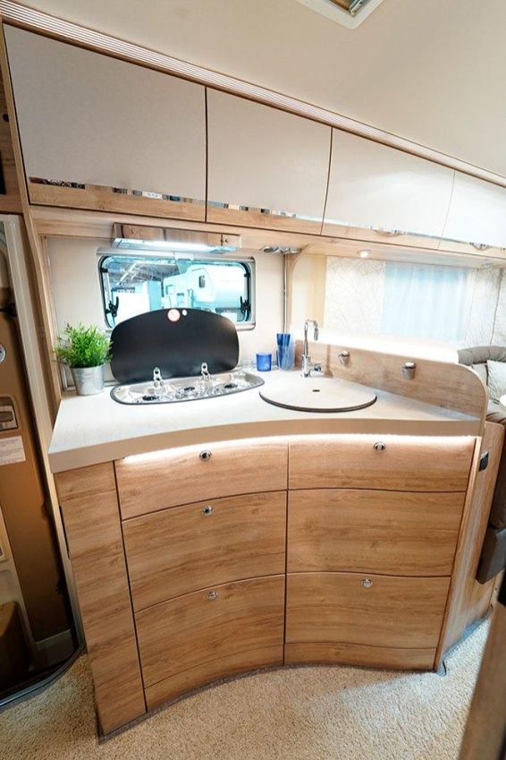 Malgré des dimensions compactes, la cuisine réserve un bel espace de travail. En partie basse, les tiroirs sont équipés d'un mécanisme avec rappel automatique et fermeture amortie.