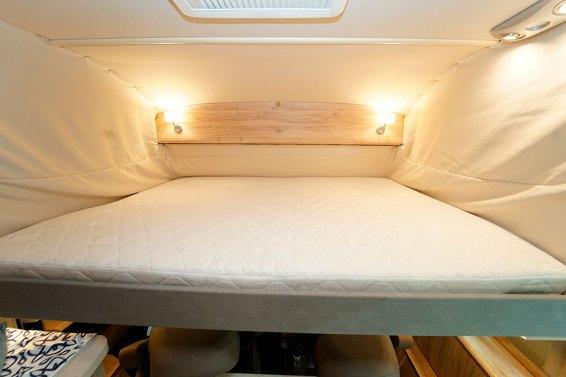Une fois le lit de cabine mis en place, on dispose d'une hauteur de 78 cm entre le matelas et le plafond.