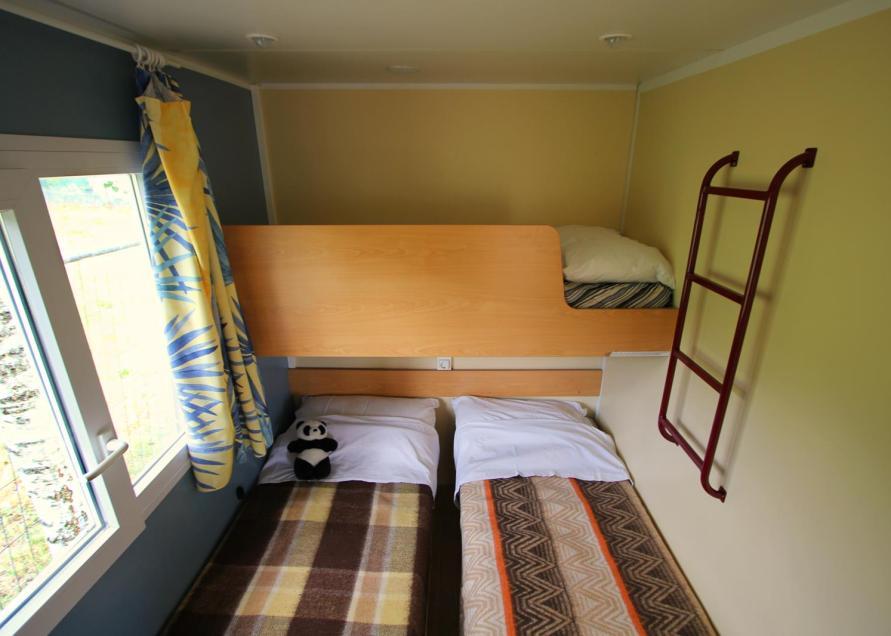 Mobil home   C  bedroom