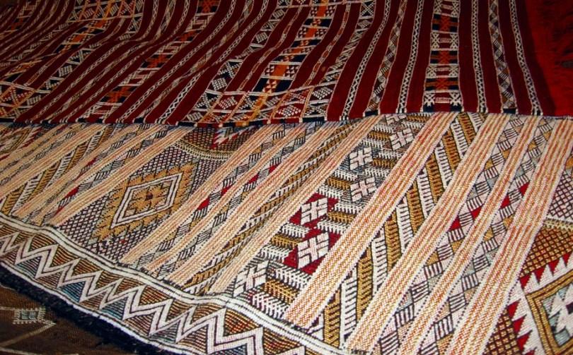 Preziosi tappeti berberi a telaio verticale