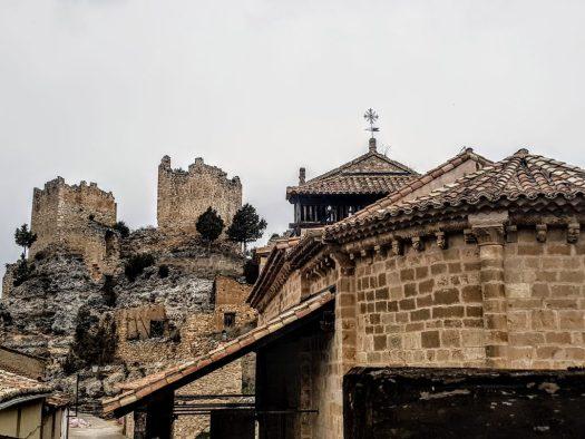 Iglesia románica y Castillo en ruinas