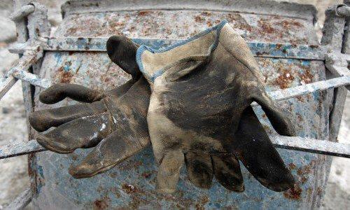 Schiacciati dai serbatoi di un distributore di carburante: un morto e un ferito a Mazara