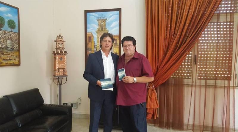 """Campobello. Donato al sindaco  il libro """"Atto d'Amore"""" di Francesco Saverio Bascio [VIDEO]"""