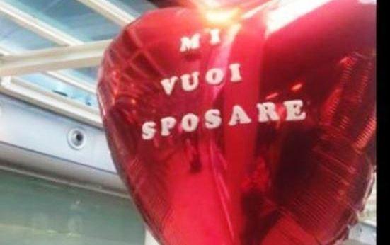 La aspetta all'aeroporto con pallone: 'Mi vuoi sposare', lei lo lascia