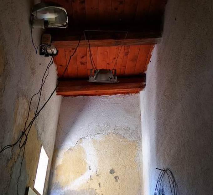 Campobello. Si allaccia abusivamente alla rete di distribuzione elettrica per alimentare un impianto di illuminazione artigianale: arrestato 47enne