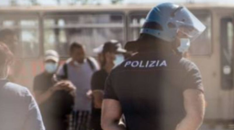 Marsala. Poliziotto si frattura una gamba per bloccare immigrati in fuga