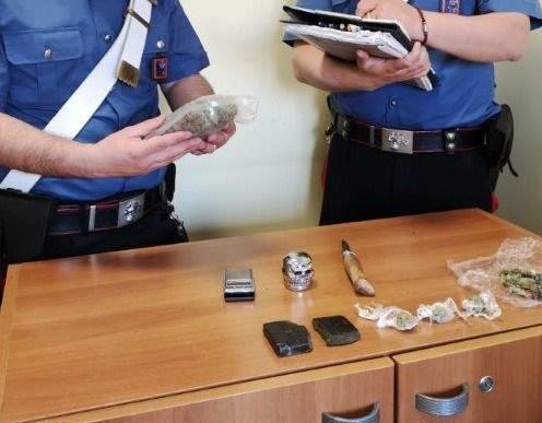 PROVINCIALE - Parte della droga sequestrata dai Carabinieri (1)