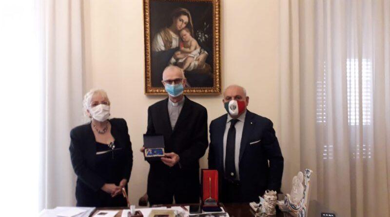 """[Cultura] Il Vescovo di Acireale premiato alla Cultura come """"Eccellenza Siciliana""""  con il premioPennino d'Oro"""