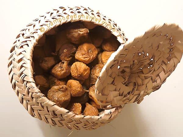 Higos secos prensados, en serete de palma