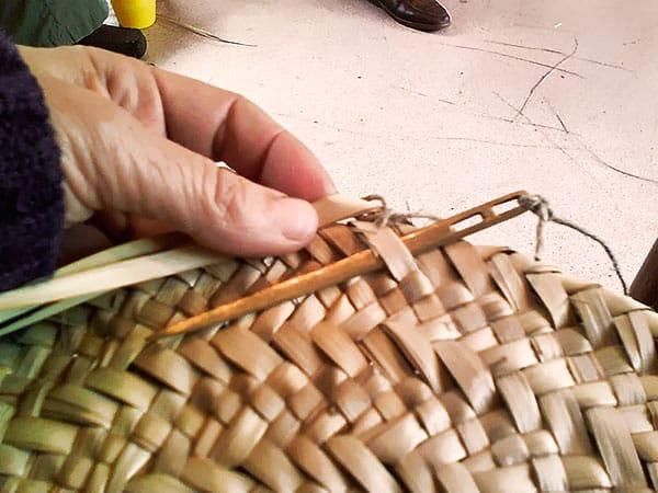 Haciendo pleita de palma