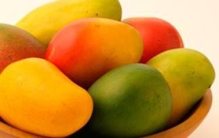 Mango Kent junto a otras variedades verde y amarillas