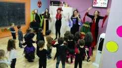 cantando y bailando en Halloween