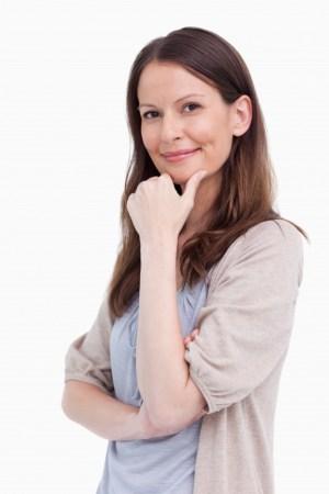 femme souriante et réfléchie