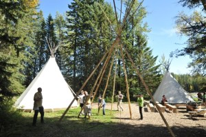 Canadians Heritage Camping Program Building the tipi © Parks Canada
