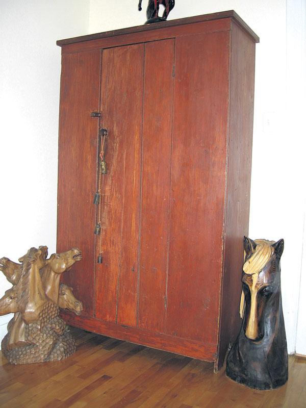 une armoire en pin de tres grande