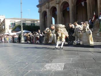 L'inchino di Salvatore Figura durante il Corteo Barocco a Noto