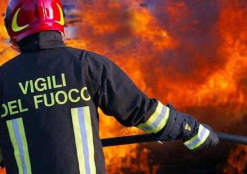 Abitazione in fiamme, i carabinieri salvano una donna anziana