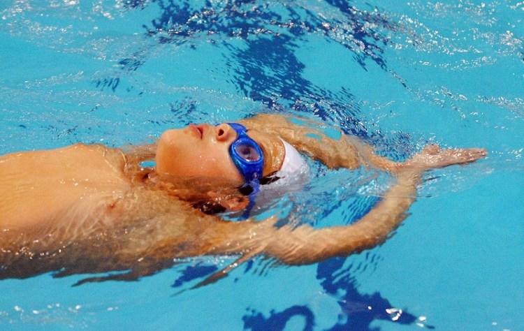Niño practicando natación. Créditos de la foto: Internet