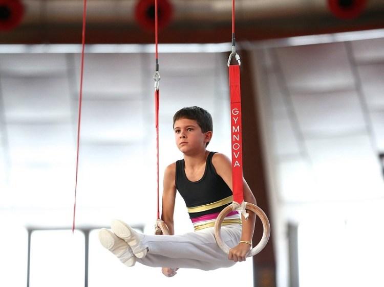 Niño practicando gimnasia. Créditos de la foto: Internet