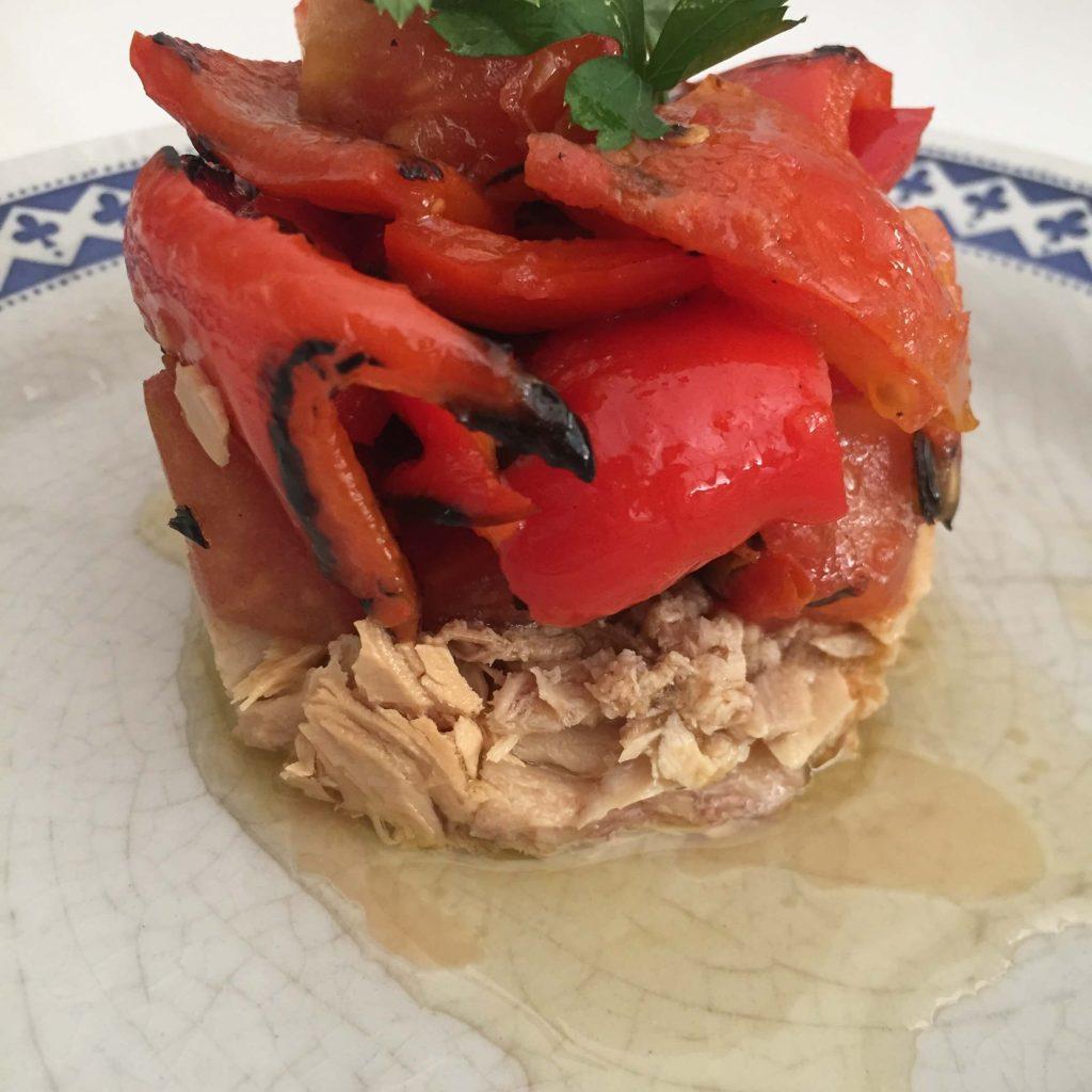 Ensalada de tomates y pimientos rojos a la plancha.