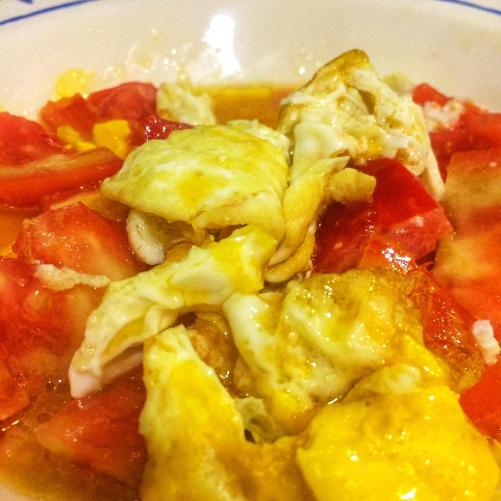 Ensalada de huevos fritos