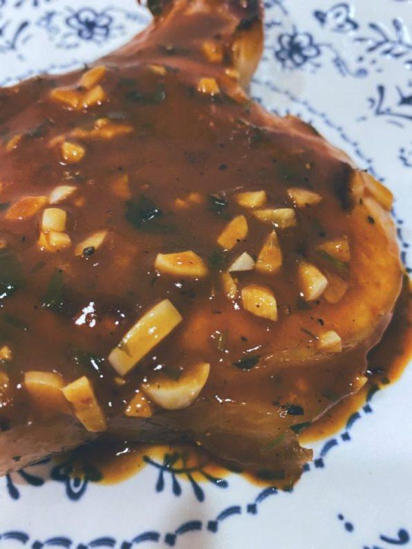 Chuleta de cerdo en salsa oscura