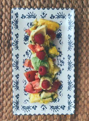 La ensalada de aguacate, mango y su tomate a la vinagreta picante de frutos secos