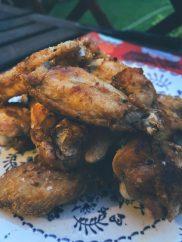 Las alitas y sus muslitos de pollo fritos a la sal de escamas