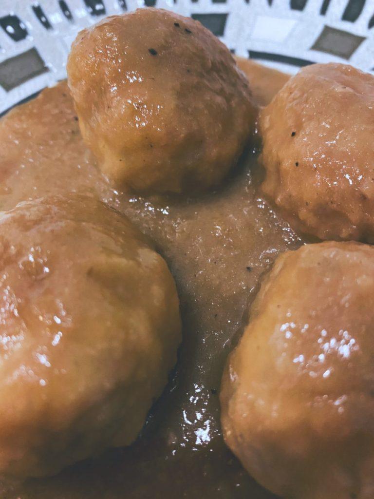 Las albóndigas de pollo en salsa de cebolla