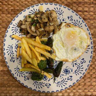 Huevos fritos con pimientos de Padrón, patatas fritas y champiñones al ajillo. y