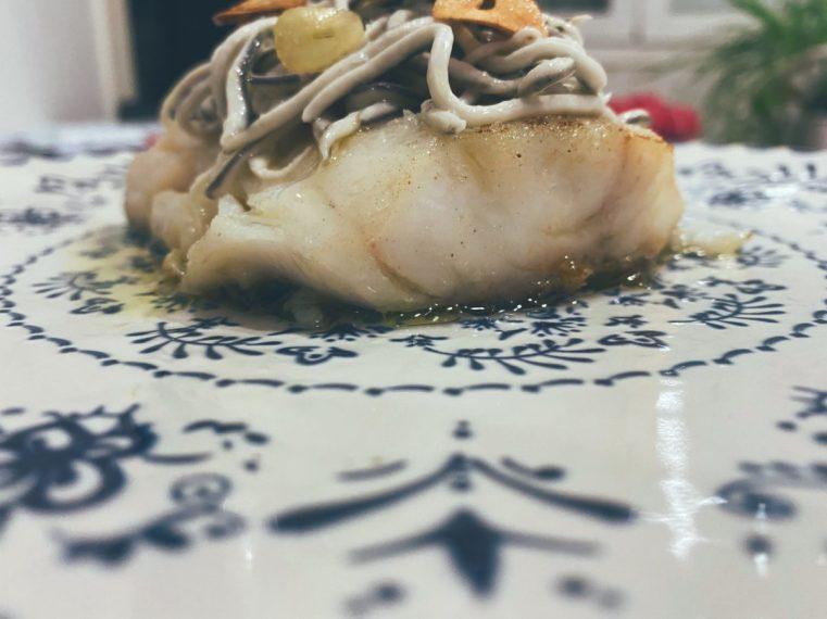 El bacalao con gulas al ajillo
