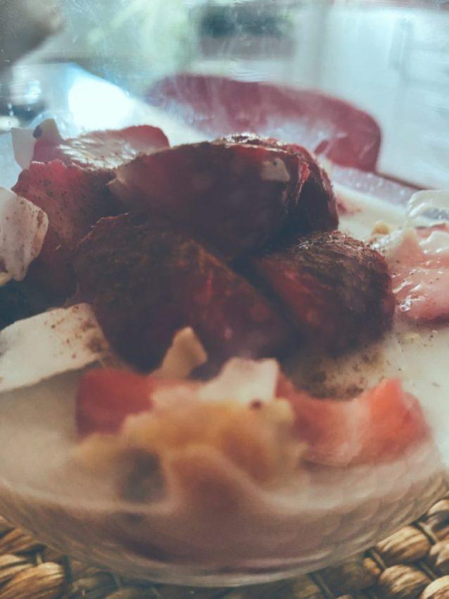 El vaso de fresas, yogur, coco, canela y frutos secos