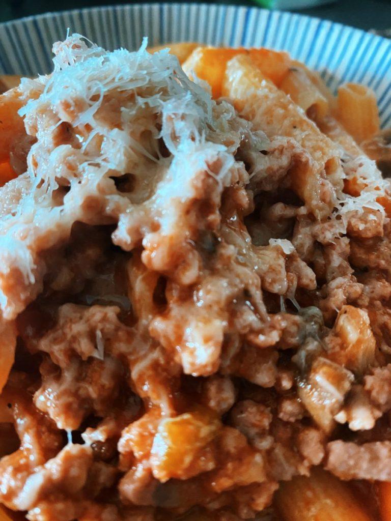 Los Penne Rigate con salsa boloñesa y setas