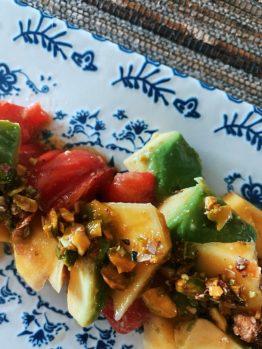 La ensalada de mango, aguacate, tomate rosa y vinagreta de pistachos