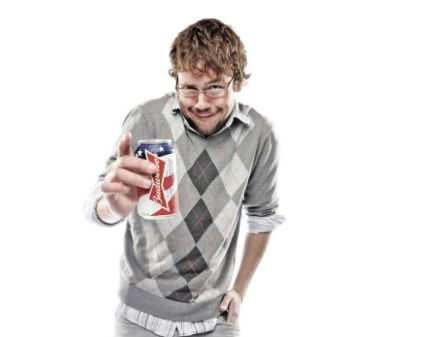 Geek estereotipado usando suéter argyle