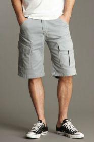 Os bolsos das bermudas estão cada vez mais chapados, mas o efeito, como adereço, é o mesmo.