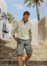Com uma bermuda com pouco volume é mais fácil combinar roupas diversas, de camisetas leves a sweaters de tricot, matendo mesmo charme.