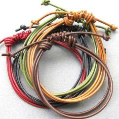 Versões em couro colorido mostram que o material é eclético.