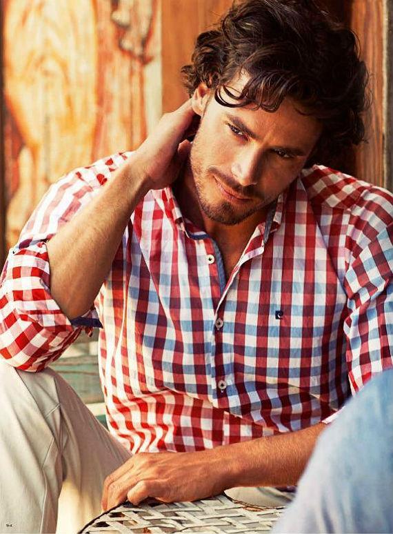 2381ee21967 Não é porque está quente que você vai abrir mão de uma das peças de roupa  mais importantes do guarda roupas masculino  a camisa. Mesmo durante o verão  ela ...