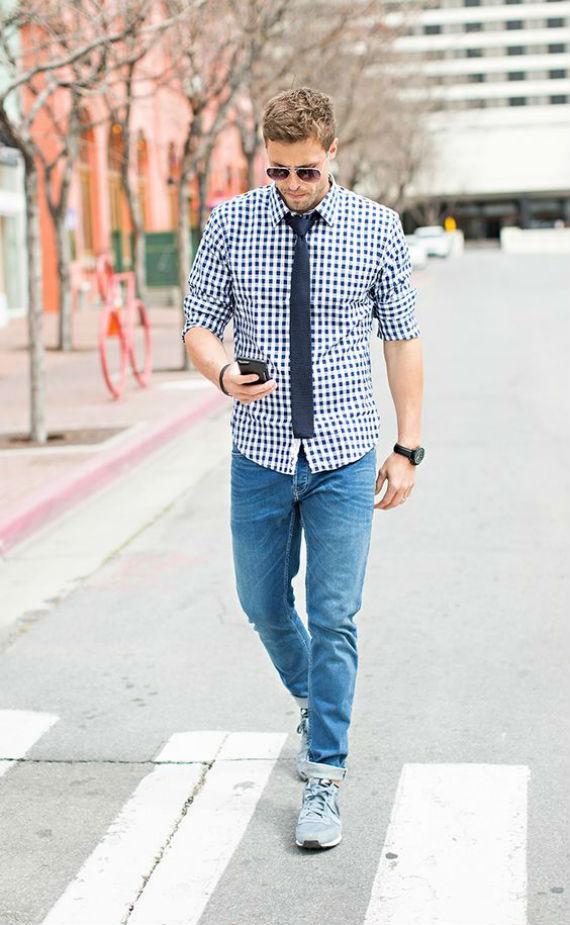 Gravata de tricô com a camisa por fora da calça
