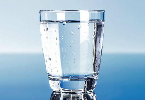 agua-combater-olheiras-homem