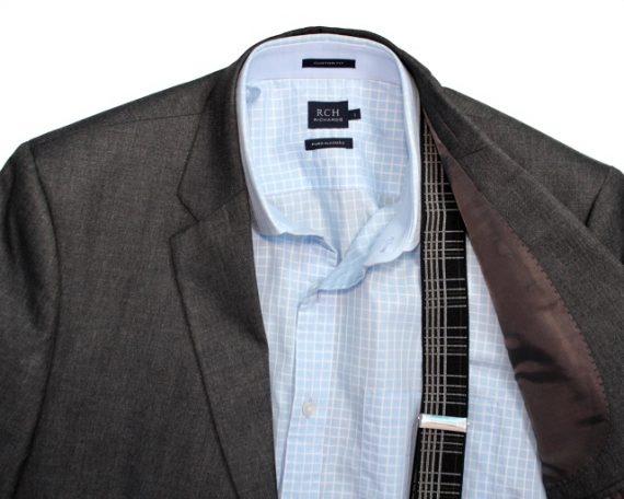 Combinação usando blazer, camisa e suspensórios