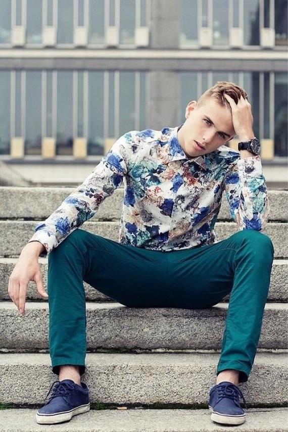 Look moderno com camisa floral e calça color