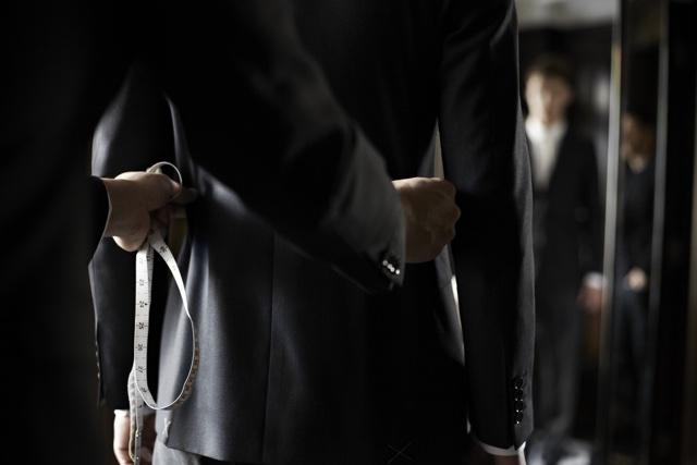 alfaiate ajustando roupas masculinas / terno