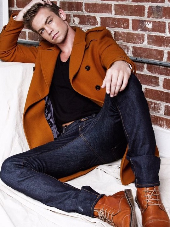 Bota marrom caramelo combinada com casaco da mesma cor e jeans escuro